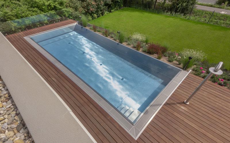 nerezový bazén zapuštěný do terasy