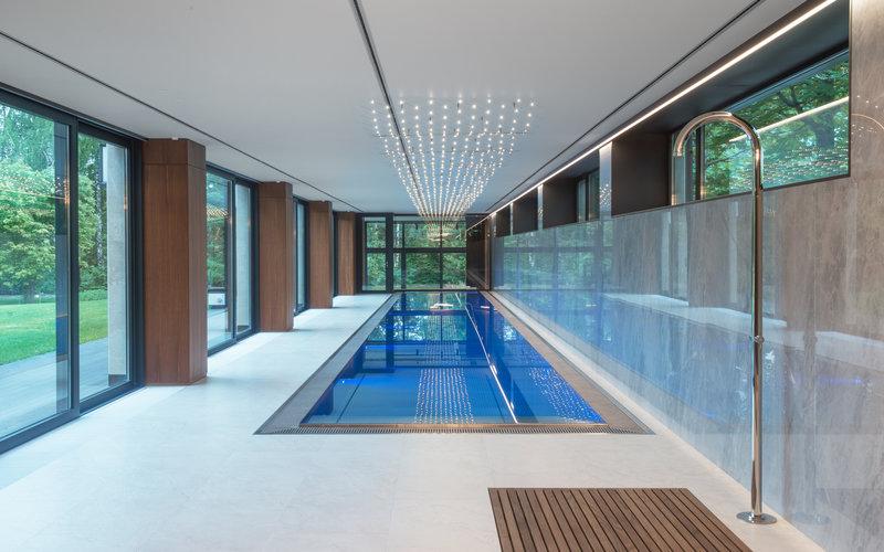 dlouhý přelivný bazén v luxusní plavecké hale