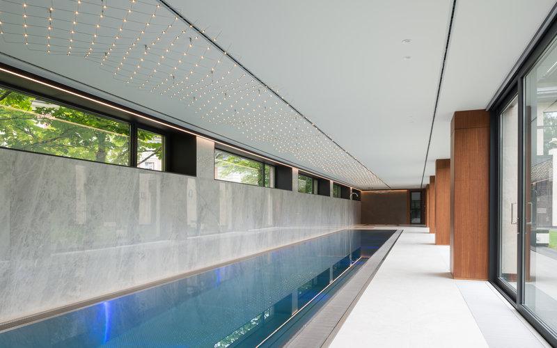 Luxusní vila s vnitřním nerezovým bazénem