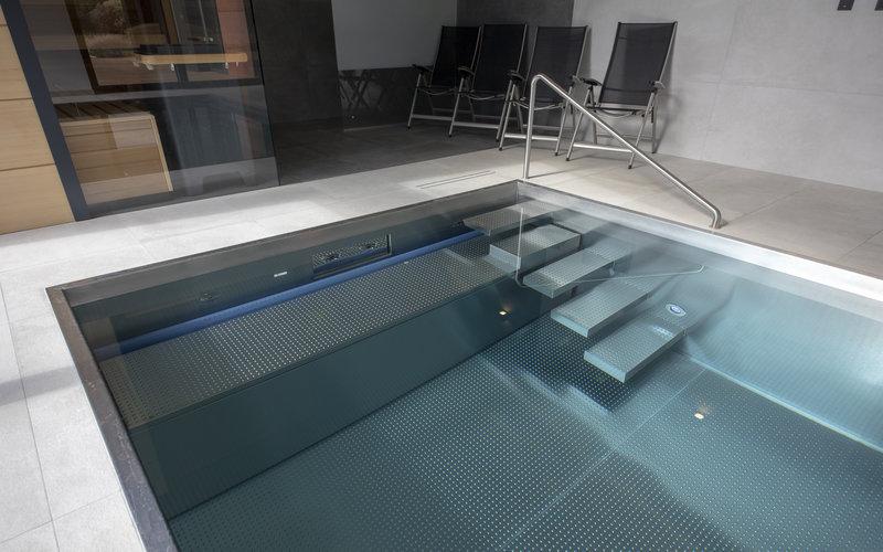 Šachta rolety pod lavicí v nerezovém bazénu